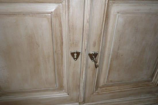 Comment vieillir un meuble en bois peint deja peint en couleur for Vieillir un meuble peint