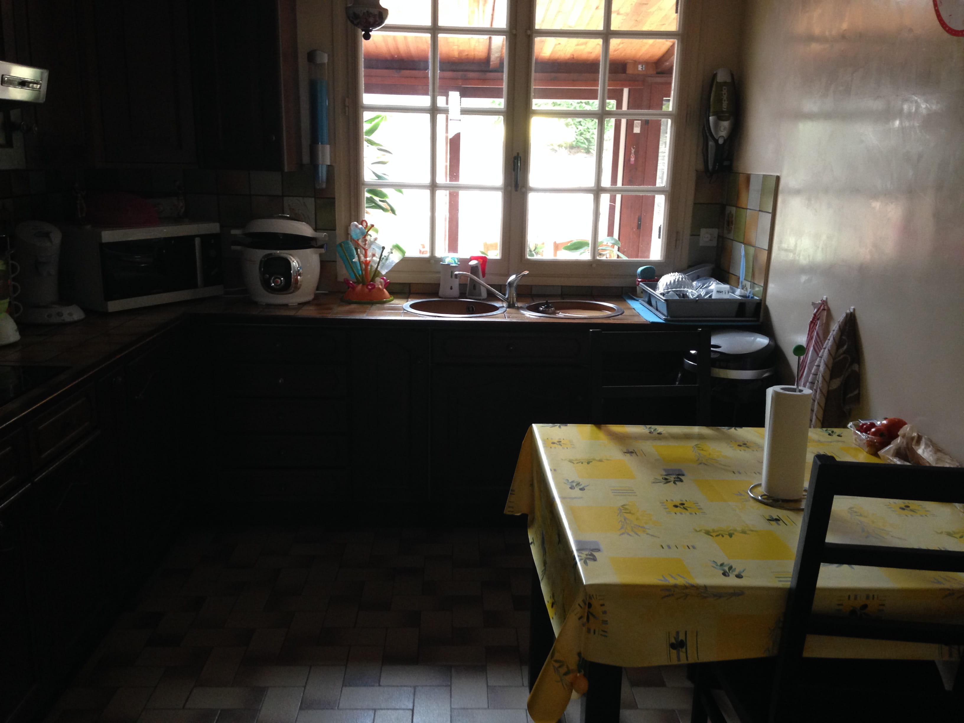 id e d co pour relooker ma cuisine qui est sombre et petite couleur et d co. Black Bedroom Furniture Sets. Home Design Ideas