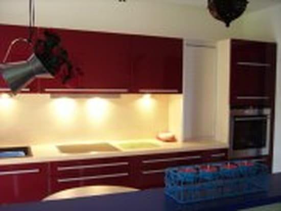 quel plan de travail avec une cuisine rouge. Black Bedroom Furniture Sets. Home Design Ideas