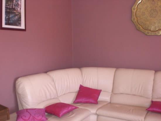 Canapé rouge et meubles de couleurs hetre - Idées déco ...